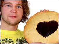 Clifton couple Simon Morgan and Amy Hind have auctioned off an 18 inch Jammie Dodger style biscuit. The tasty treat was originally cooked up for their tea ... - giant_jammie_dodger_lead_203x152