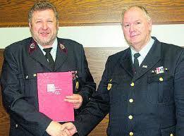 Für 40 Jahre Mitgliedschaft in der Freiwilligen Feuerwehr überreichte der Vorsitzende des Kreisfeuerwehrverbandes, Georg Flesch, dem Saarfelser ... - 1333540_1_mg-PICT1093.JPG_5829