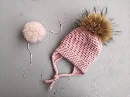 <b>детская шапка</b> спицами с подкладом, ушками и завязками.