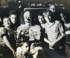 tim curry while filming it pictures of pictures and stephen king s it pennywise and the losers club horrormoviemadhouse pot