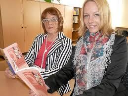 Ute Lichtblau (links) und Jessica Waibel zeigen die aktualisierte Seniorenbroschüre. Foto: Klausner. 2 Klicks für mehr Datenschutz: Erst wenn Sie hier ... - media.facebook.87b19759-c4b3-4597-b175-36cbe02cdaab.normalized