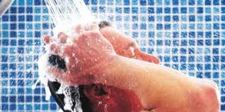pessoas tomando ducha entes de entrar na piscina http://www.cantinhojutavares.com