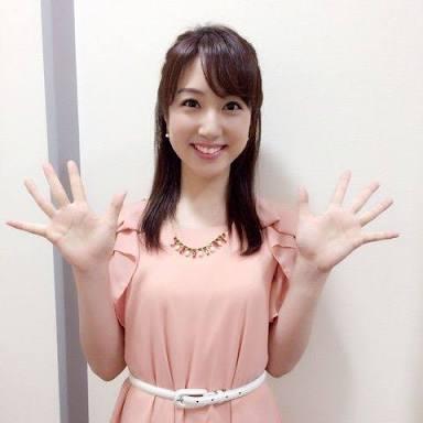 ピンクの服の川田アナ