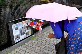 u s department of defense photo essay an n w studies the writings left at the vietnam veterans memorial after a ceremony commemorating