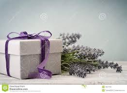 <b>Подарочная коробка</b> с букетом <b>лаванды</b> Стоковое Изображение ...