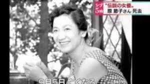 「映画館の入り口に置かれた原節子さんの写真に手を合わせるファンら」の画像検索結果