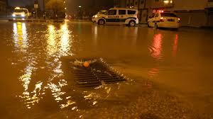 Adana'da şiddetli yağış asfaltı çökertti