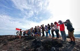 Pengibaran Bendera di Gunung Anak Krakatau