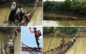 Hasil gambar untuk jembatan gantung rusak anak sekolah