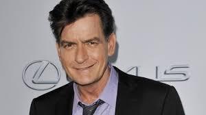 """Wenn """"Two and a Half Men""""-Star Charlie Sheen nicht gerade mit Drogen oder dem Rachefeldzug gegen seine Exfrau beschäftigt ist, kann er richtig großzügig ... - Two-and-a-Half-Men-Star-Charlie-Sheen-Letzter-Wunsch-eines-Fans-erfuellt_teaser_620x348"""