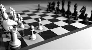 Risultati immagini per tutti giocano a scacchi