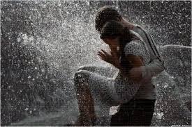 اروع الصور الرومانسية تحت سقوط الامطار بالصور