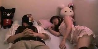 tidur di atas bokong wanita