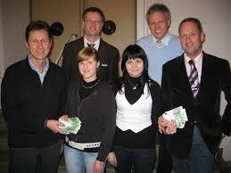 Von links: Martin Obermann, die beiden Auszubildenden Melanie ... - 111259_web