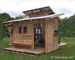 This is the Pallet Emergency Home  It Can Be Built in One Day With    This pallet house can be built in one day using only basic tools