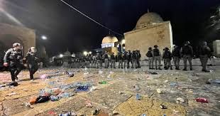 Izraelska policija napala vjernike u Al-Aksi, deseci povrijeđenih | Al ...
