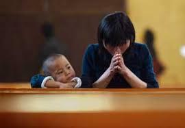 Risultati immagini per immagini particolari: Persona che prega in solitudine
