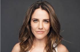 Julia Beatriz Vial Cuevas (Santiago de Chile, Chile, 24 de junio de 1977) es una periodista y presentadora de televisión chilena. - j-1