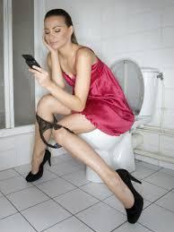 Αποτέλεσμα εικόνας για κινητο στην τουαλετα