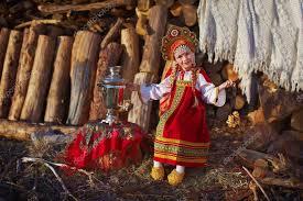 Красивая блондинка плетеные в русский народный <b>костюм</b> ...