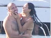 Nişanlısı Sercan Yıldırım'ı öpücüğe boğdu