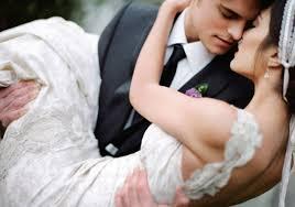 Resultado de imagen para imagenes de recien casados entrando en la habitación del hotel