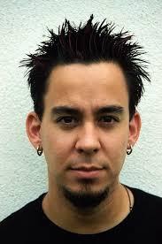 C'est peut-être Linkin Park avec <b>Mike Shinoda</b> dont le père est japonais - MikeShinoda482HQ-vi
