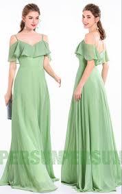 <b>Robe de soirée longue</b> fluide verte amande épaules découvertes ...