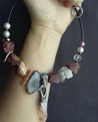 Колье из <b>натуральных камней</b>. В <b>составе</b> яшма Мукаит, агат с ...