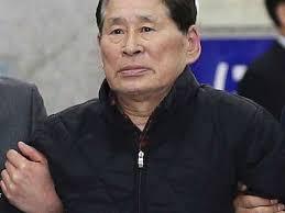 Kim Han Sik von Chonghaejin Marine steht im Verdacht, die Überladung der Fähre angeordnet oder zumindest davon gewusst zu haben. - Abgefuehrt-Reederei-Chef-Kim-Han-Sik