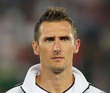 La carriera del giovane Miro Klose inizia la sua avventura calcistica nelle giovanili del Blaubach, squadra del piccolo paese che conta appena 500 abitanti, ... - FIFA_WC-qualification_2014_-_Austria_vs__Germany_2012-09-11_-_Miroslav_Klose_01