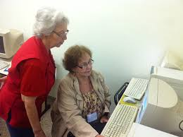 Resultado de imagem para idosos realizem trabalho voluntário