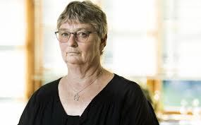 Heidi fik bedre CV og et job En kvinde sidder  if  rt briller og en sort bluse  i noget der ligner en