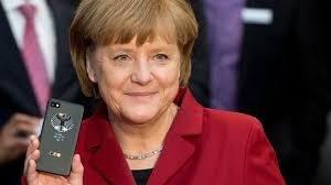 <b>Angela Merkel</b> mit dem neuen abhörsicheren Telefon der Bundesregierung - merkel-blackberry-540x304