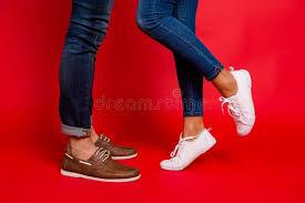 Фото крупного плана ног женщины и человека в джинсах, брюках ...