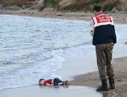 Resultado de imagem para menino morre em fuga no mar fotos