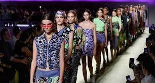 Модный дом Versace извинился за футболку с неправильной ...