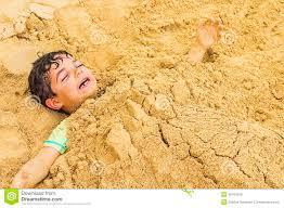 Resultado de imagen de pies enterrados en la arena