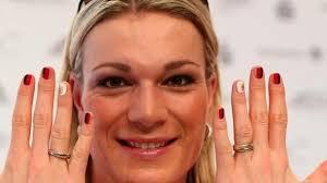 Maria Höfl-Riesch trägt deutsche Fahne bei Eröffnungsfeier. Die Nägel hat Maria Höfl-. Die Nägel hat Maria Höfl-Riesch schon passend lackiert. foto: Daniel ... - die-naegel-hat-maria-hoefl-riesch-schon-passend-lackiert-