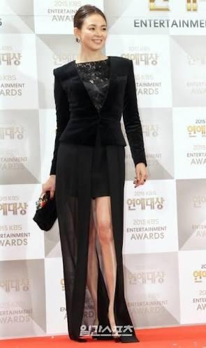 黒ドレスのSHIHO