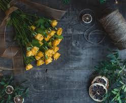Желтые розы на темный деревянный стол с <b>сушеные</b> ...