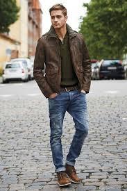коричневая кожаная куртка, коричневые ботинки и темно ...