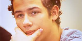Nicholas Jerry Jonas Miller Edad: 18 años. Fecha de nacimiento: 16 de Septiembre de 1992. Profesion: Cantante Personalidad: - 1sky0j