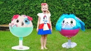 Настя и забавные игрушки играют на <b>детской</b> площадке Видео ...