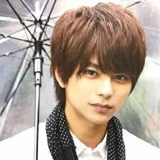 傘をさすイケメンな佐藤勝利