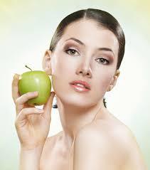 konsumsi buah-buahan bermanfaat untuk menjaga kelembapan kulit sehingga tetap sehat, kencang dan mulus