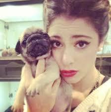 """Piękna Martina Stoessel z serialu """"Violetta"""" kocha zwierzęta. Dziewczyna ma słodkiego pieska, którego zabiera na wszystkie podróże i chodzi z nim na plan. - martina-stoessel-violetta1"""