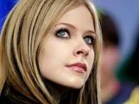 Avril Lavigne nişanlandı