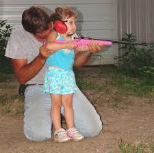 Resultado de imagen de niños con armas de juguetes