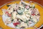 Салат из сыра ветчины и огурцов и